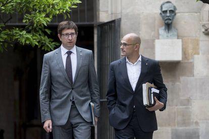 El conseller de Justicia, Carles Mundó, a la izquierda, y el de Asuntos Exteriores, Raül Romeva, ayer en el Palau de la Generalitat.