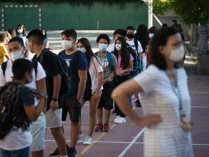 Alumnos del instituto Joanot Martorell de Esplugues de Llobregat (Barcelona), el primer día de clase.
