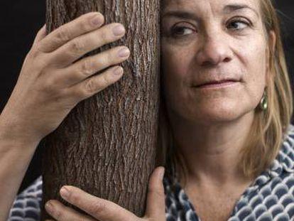 La escritora Tracy Chevalier posa junto a un árbol en Madrid.