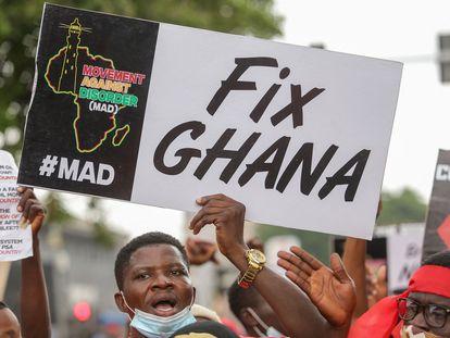 Un manifestante sostiene una pancarta durante la protesta #fixthecountry en Accra, Ghana, el 4 de agosto de 2021. La protesta tiene como objetivo exigir responsabilidad al Gobierno y mejores condiciones de vida.