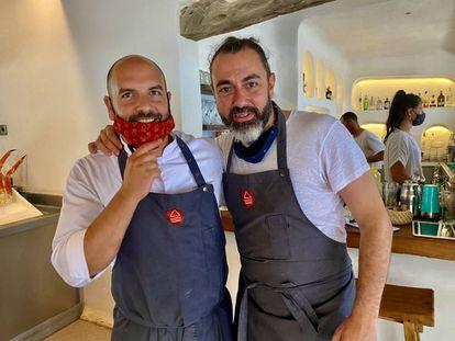 Alberto Casteiñeras, jefe de cocina, con Rafa Zafra. J.C. CAPEL