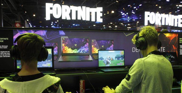 Dos jóvenes jugando al Fortnite.
