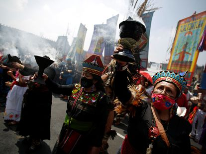 Mujeres vestidas con trajes tradicionales participan en un evento para conmemorar el 500 aniversario de la caída de Tenochtitlán, en el zócalo de la Ciudad de México.