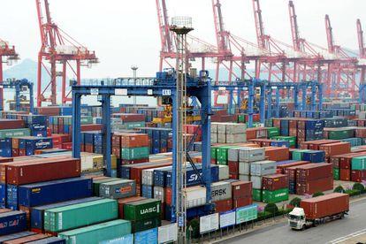 Los contenedores se apilan el pasado jueves en el puerto chino de Lianyungang