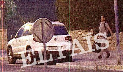 El inspector jefe de la Policía Nacional Javier Méndez abandona el domicilio en Alicante del presunto narco Juan Andrés Cabeza cargado con bolsas de deporte el 7 de agosto de 2019.