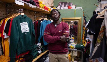 Papalae Abdoulaye en la tienda Top Manta de Carrer d´En Roig en Barcelona.