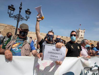 Un participante en la concentración del pasado 26 de mayo en Cádiz convocada por el sindicato policial Jupol, entre otros, sostiene un cartel de apoyo al líder cesado, José María García, 'Chema'.