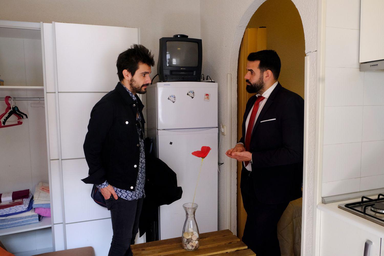 """El joven gallego Rober Carlos visitando """"el piso más barato de Lavapiés"""", guiado por el agente de la inmobiliaria Redpiso Jorge Hoyos."""