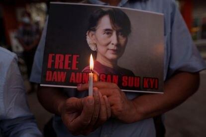 Un manifestante muestra una imagen de Aung San Suu Kyi durante una protesta contra la Junta Militar birmana en el exterior de la Embajada de EE UU este martes en Yangón.