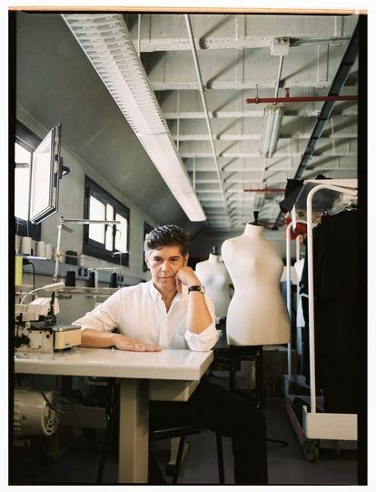 El diseñador Jorge Vázquez, director creativo de Pertegaz desde noviembre de 2019, en su taller de Madrid.