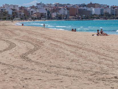 Vista de la playa de Palma, con una decena de bañistas, el martes.