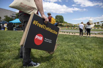 Varios activistas se manifiestan para exigir acceso global a las vacunas, este miércoles en Washington.