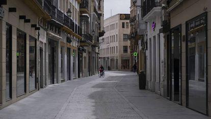 Calle Tetuán de Sevilla, con todos los comercios cerrados. / PACO PUENTES