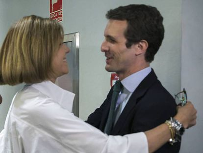 María Dolores de Cospedal felicita anoche a Pablo Casado en la sede del PP. Carlos Rosillo