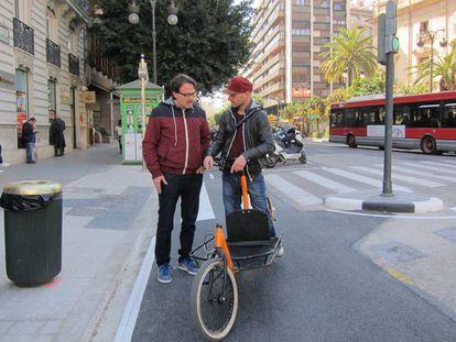 El concejal de Movilidad de Valencia, Guiseppe Grezzi, a la izquierda, en el anillo ciclista.