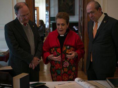 Carmen Tagüeña, presidenta del Ateneo, Enrique Del Val (izquierda) y Enrique Fernández Fassnacht