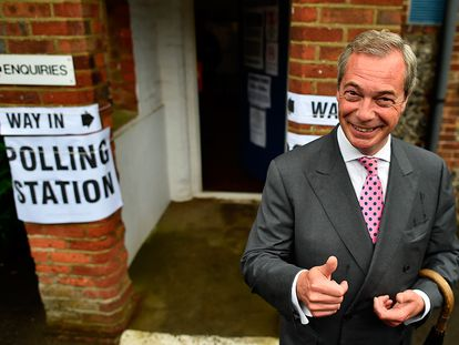 El líder del partido eurófobo UKIP, Nigel Farage, llega a un colegio electoral para ejercer su voto en el referendum sobre el 'Brexit' en Londres (Reino Unido).