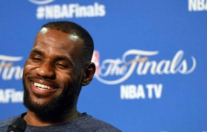 LeBron James, durante una rueda de prensa en Cleveland.