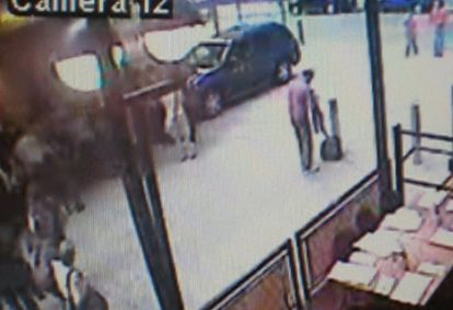 Captura de una cámara de seguridad en la que se ve al sospechoso (tercero por la derecha) de dejar el coche bomba cambiándose de ropa