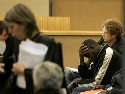 Dos jóvenes esperan ayer su turno en los juicios rápidos que se celebran en el tribunal de Bobigny.