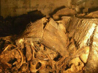 Interior de una de las capillas del Valle de los Caídos, donde el agua ha destruido las cajas y mezclado los restos humanos. En vídeo, Anatomía de la exhumación de Franco.