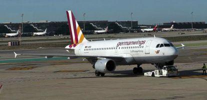 Un avión de Germanwings, antes de despegar del aeropuerto de Barcelona.