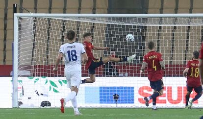 Llorente trata de evitar el gol de Halimi.