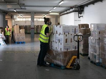 Un voluntario en el almacén del Banco de Alimentos en Barcelona