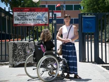 Isabel y su hija Alicia, con discapacidad motórica, en la entrada al instituto Marqués de Suanzes, en Madrid.