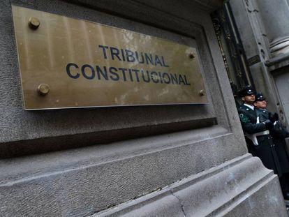 Guardia en el Tribunal Constitucional, donde se discute la legalidad de un proyecto de ley que permitiría abortos en ciertos casos en Chile.