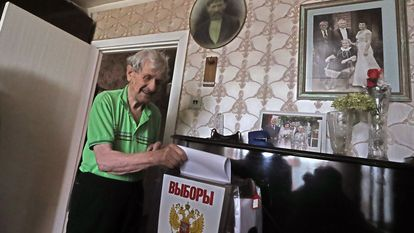 Moscow (Russian Federation), 18/09/2021.- An elderly man casts a ballot at his home during a visit of mobile election committee members in Podolsk outside Moscow, Russia, 18 September 2021. Elections of deputies of the State Duma, governors, deputies of the regional and city runs from 17 September to 19 September. The main voting day will take place on 19 September, Voting in the State Duma takes place in one round according to a mixed system - 225 deputies must be elected from party lists and 225 deputies - from single-mandate constituencies. (Elecciones, Rusia, Moscú) EFE/EPA/MAXIM SHIPENKOV