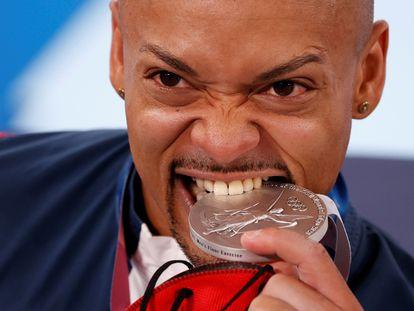 Zapata muerde la medalla de plata.