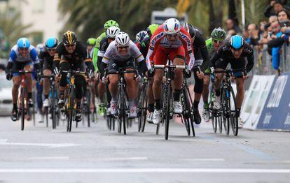 Kristoff, de rojo, se impone en la meta de San Remo.