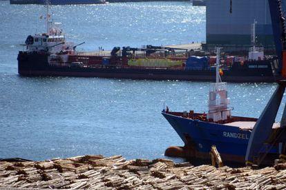 Al fondo, gabarra que iba a ser usada de gasolinera flotante en Ferrol.