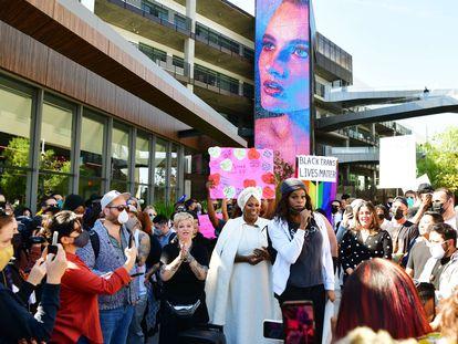 Activistas y empleados de Netflix se manifestaron este miércoles a las afueras de la oficina de la compañía en Los Ángeles.