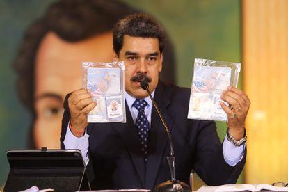 Nicolás Maduro muestra los documentos de los dos ciudadanos estadounidenses detenidos.