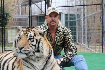 Joe Exotic, con uno de sus tigres en una escena de la serie de Netflix 'Tiger King'.