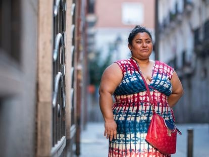 Jeni Riofrío, en el barrio madrileño donde reside, cuenta los días que restan para que se agote el alquiler del piso en donde vive con su hija de 16 años. Es una de las mujeres que espera poder acceder al ingreso mínimo vital.
