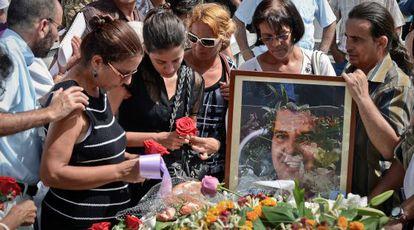 Ofelia Acevedo, viuda de Payá, junto a su hija Rosa durante el entierro del opositor.