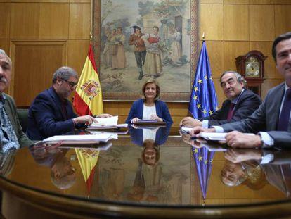 La ministra de Empleo, Fátima Báñez, con los secretarios generales de UGT, Pepe Álvarez, y CC OO, Unai Sordo, y los presidentes de CEOE, Juan Rosell, y Cepyme, Antonio Garamendi
