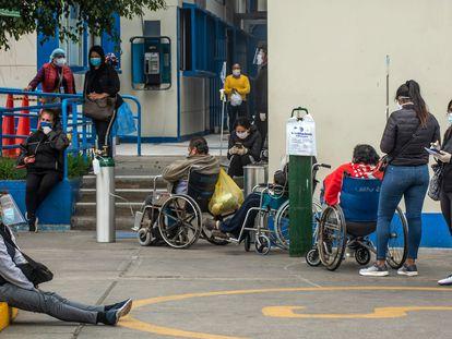 Varias personas esperan a las afueras de un hospital en Lima, Perú, en mayo de 2020.