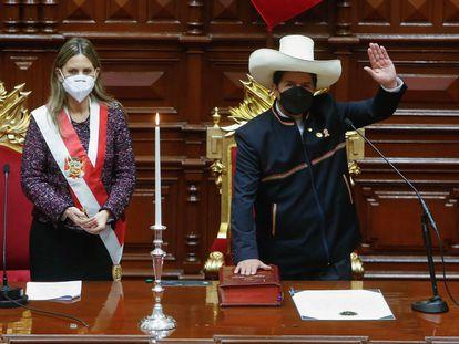 Pedro Castillo durante su juramento como nuevo presidente de Perú, este miércoles.