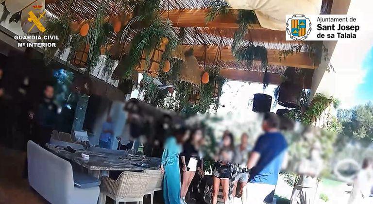 La Guardia Civil desmantela una fiesta privada en Ibiza durante el estado de alarma.