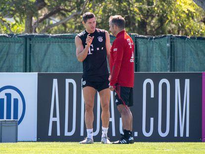Lewandowski habla con Hansi Flick durante un entrenamiento de esta semana.