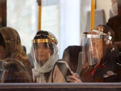 Pasajeras en un autobús, este lunes en Teherán (Irán).