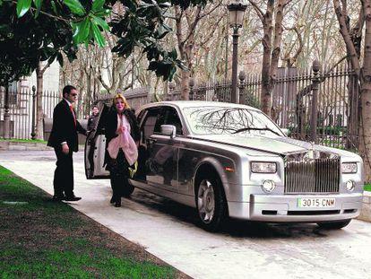 Carmen Cervera, a su llegada al Museo Thyssen para presentar la exposición 'Monet y la abstracción', en febrero de 2010. Acudió a la cita con la joya de su colección automovilística, un Rolls Royce.