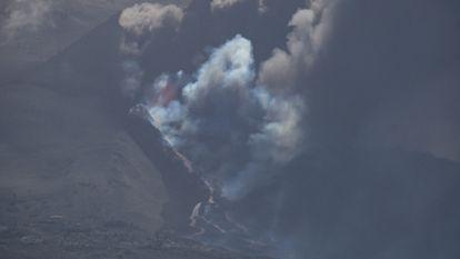El flujo de lava del volcán La Palma llegó al mar anoche.