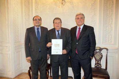 Los embajadores de Paraguay, Antonio Rivas (izda); de Argentina, Ramón Puerta (centro), y de Uruguay, Francisco Bustillo (dcha).