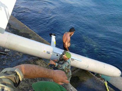 Militares libaneses retiran un dron caído en el puerto de Trípoli en 2015.