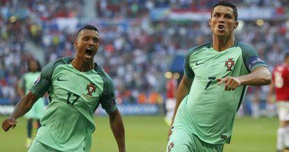 Cristiano celebra uno de sus goles junto a Nani.